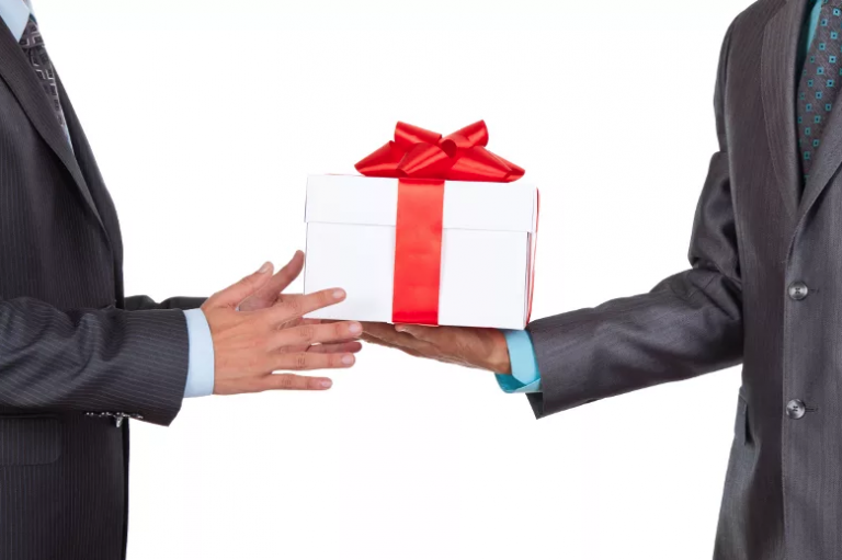 Все о дарении подарков госслужащими